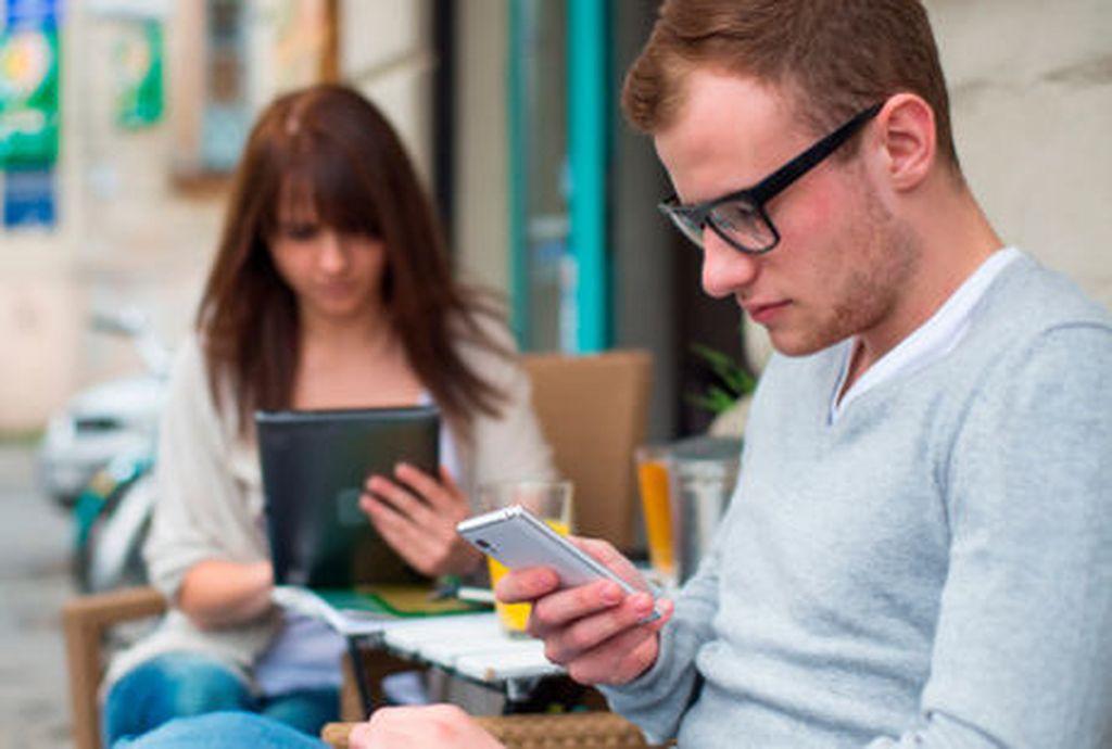 Tidak terpaku dengan smartphone, diblokirnya Facebook akan mengurangi kebiasaan penggunayang sering lupa waktu bahkanmelupakan orang-orang yang ada di sekitarnya karena keasyikanmengeksplore beragam konten yang ada di Facebook.(Foto: thinkstock)