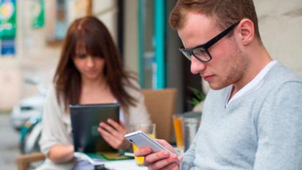 Dampak Sering Cek Email Pekerjaan Saat Bersama Keluarga