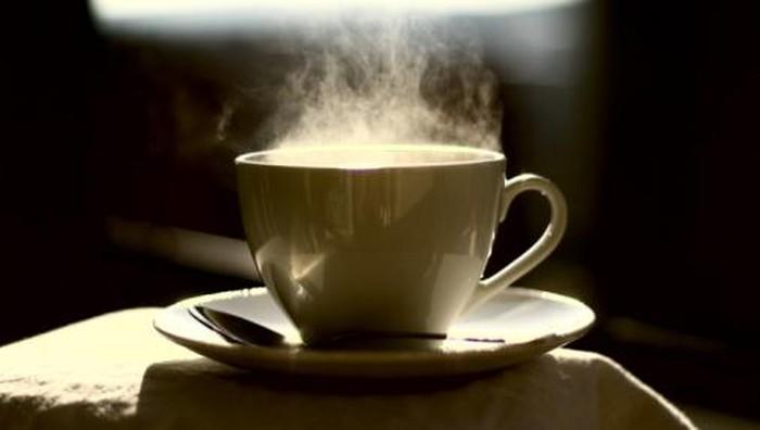 Minum kopi maupun teh sebaiknya tidak terlalu panas (Foto: thinkstock)