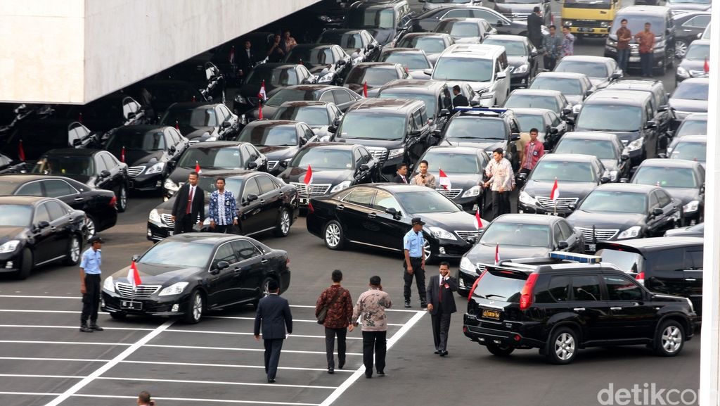 Kenapa Menteri-menteri Jokowi Tidak Pakai Mobil Listrik Saja?