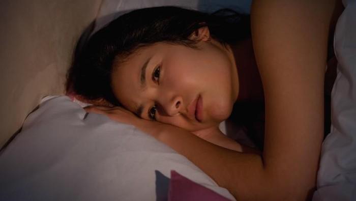 Seorang perempuan mengalami insomnia.