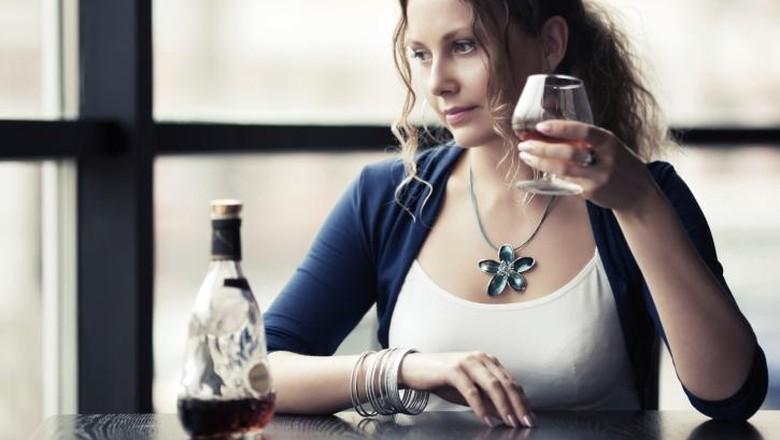 Ilustrasi seorang wanita sedang mengonsumsi minuman beralkohol