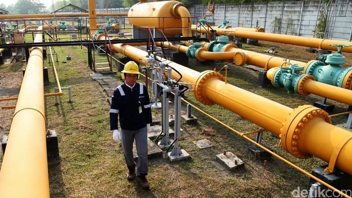Direktur Utama PT Pertamina Gas Hendra Jaya (kiri) bersama operator memeriksa instalasi pipa gas di Stasiun Kompresor Gas Cambai, Prabumulih, Sumatera Selatan, Jumat (21/8). Fasilitas yang berdiri sejak tahun 1970 ini merupakan salah satu pendukung PT Pertamina Gas dalam memasok kebutuhan gas untuk kebutuhan pembangkit listrik milik PLN dan pabrik Pupuk Pusri. Agung Pambudhy/Detikcom.