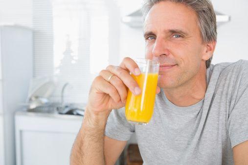 pria minum jus jeruk