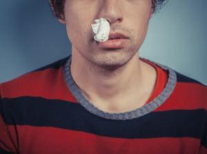Totalitas Kerja, Pembaca Acara TV Tetap Lanjut Siaran Meski Hidung Mimisan