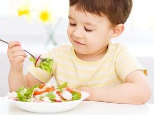 Bisa Nggak Sih Anak Balita Duduk Anteng Saat Makan?