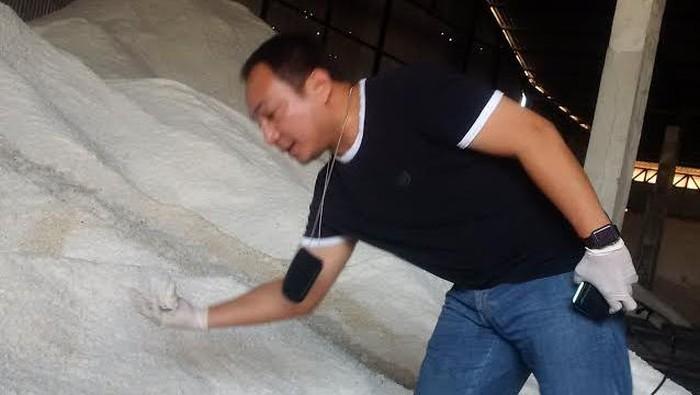 Polisi geledah pengimpor garam