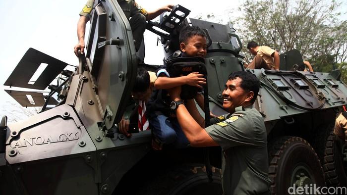 TNI AD menggelar pameran alutsista di Kampus Universitas Indonesia, Depok, Jawa Barat, Rabu (26/8/2015). Pameran yang terbuka untuk umum itu berlangsung selama dua hari, Rabu (26/8/2015) hingga Kamis (27/8/2015). Grandyos Zafna/detikcom.