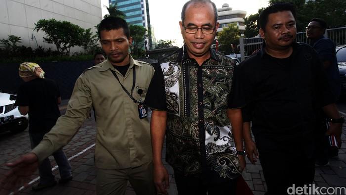 Tersangka Bupati Musi Banyuasin Pahri Azhari usai diperiksa di gedung KPK, Jakarta, Kamis (27/8). Kader Partai Amanat Nasional (PAN) ini diperiksa sebagai saksi untuk tersangka Ketua DPRD Riamon Iskandar. dalam kasus dugaan suap dengan nilai komitmen suap lebih dari Rp 10 miliar terhadap sejumlah anggota dan Pimpinan DPRD Musi Banyuasin, untuk memuluskan pembahasan Rencana Anggaran Pendapatan dan Belanja Daerah (RAPBD) 2015 dan Laporan Keterangan Pertanggungjawaban (LKPJ) 2014 Pemda Musibanyuasin. Hasan Alhabshy/detikcom.