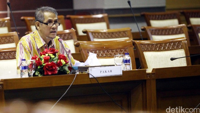 Pakar Haji dan Umrah Anggito Abimanyu berbincang dengan Ketua Komisi VIII DPR Saleh Daulay beserta sejumlah anggotanya sebelum mengikuti rapat dengar pendapat umum di Kompleks Parlemen Senayan, Jakarta, Kamis (27/8/2015). Rapat tersebut membahas RUU tentang penyelenggaraan ibadah haji dan umrah demi memperbaiki sistem dan perundang-undangan perihal penyelenggaraan ibadah Haji dan Umroh dimasa mendatang. Rachman Haryanto/detikcom.