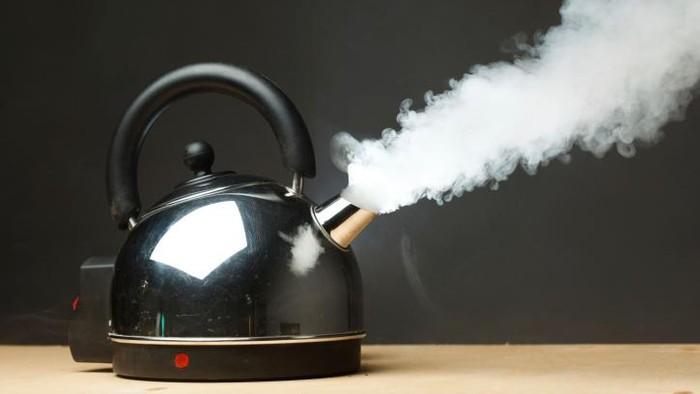 Segera obati luka bakar dengan air dingin bukan dengan odol atau bahkan kecap. (Foto: Thinkstock)
