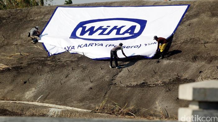 Sejumlah pekerja tengah sibuk mempersiapkan prosesi peresmian penggenangan Waduk Jati Gede, Sumedang, Minggu (30/08/2015), yang akan nantinya dihadiri langsung oleh Presiden Republik Indonesia, Joko Widodo besok Senin (31/08/2015). Rengga Sancaya/detikcom.