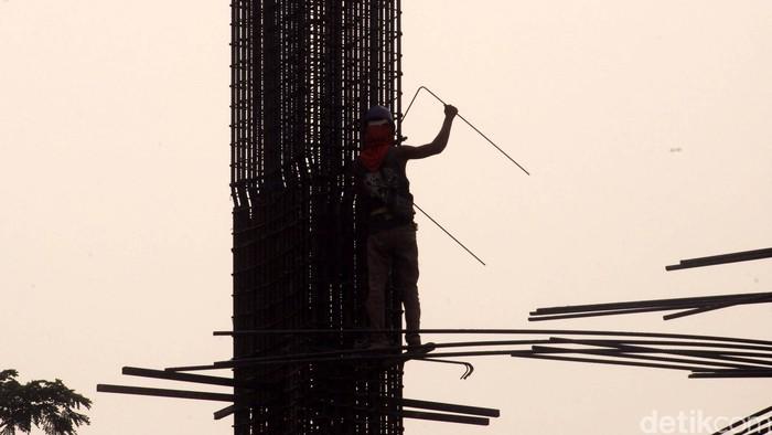 Pekerja menyelesaikan pembangunan hotel di kawasan Jakarta Pusat, Selasa (1/9/2015). Maraknya pembangunan hotel yang tidak dibarengi dengan okupansi membuat omzet dibidang usaha perhotelan jeblok. Salah satu penyebab pelemahan okupansi hotel di kota-kota besar ialah suplai yang terlampau banyak. Rachman Haryanto/detikcom.