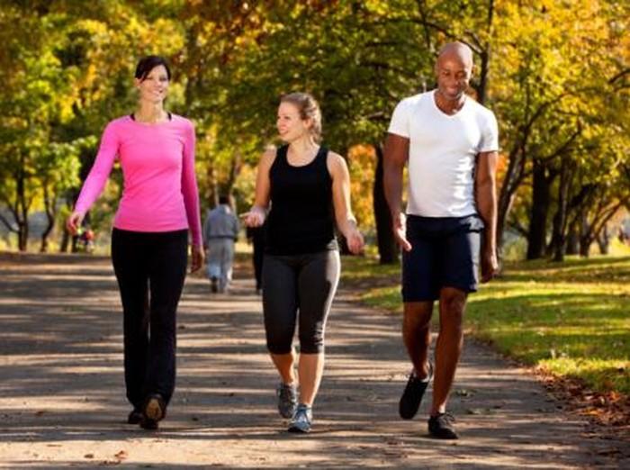 Jika Anda tidak ingin melakukan olahraga yang terlalu keras saat haid, Anda bisa mencoba jalan kaki. Meskipun itu bukan latihan yang intens, Anda masih bisa merasakan manfaatnya dan dapat membakar kalori. Foto: Thinkstock