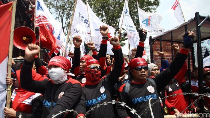 Ribuan buruh yang menamakan diri Gerakan Buruh Indonesia melakukan aksi damai dengan longmarch dari Patung Kuda menuju Istana Negara, Selasa (1/9/2015). Para buruh ini menuntut pemerintah dengan 10 tuntutan buruh mulai dari turunkan harga minyak dan sembako, Pemutusan Hubungan Kerja akibat pelemahan ekonomi dan rupiah, tolak pekerja asing, perbaiki layananan kesehatan, naikan upah minimum, hapuskan outsourching, revisi jaminan pensiun, pidanakan pengusaha yang melanggar keselamatan dan kesehatan kerja serta mengesahkan RUU pembantu Rumah Tangga. (Foto: Rachman Haryanto/detikcom)