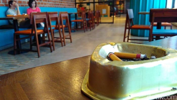 Seseorang yang tidak merokok juga bisa terpapar asap rokok (Foto: Sapta Agung Pratama)