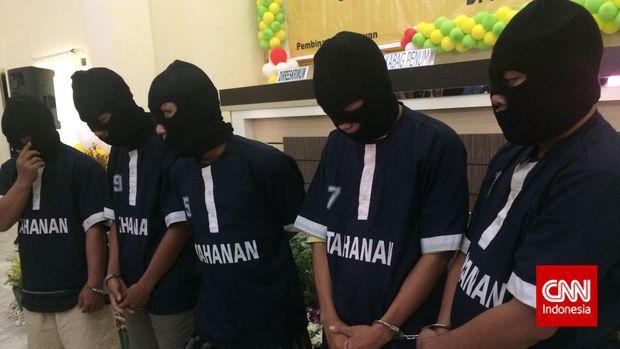 Lima tersangka kasus begal, di Mapolda Lampung, Bandar Lampung, beberapa waktu lalu.