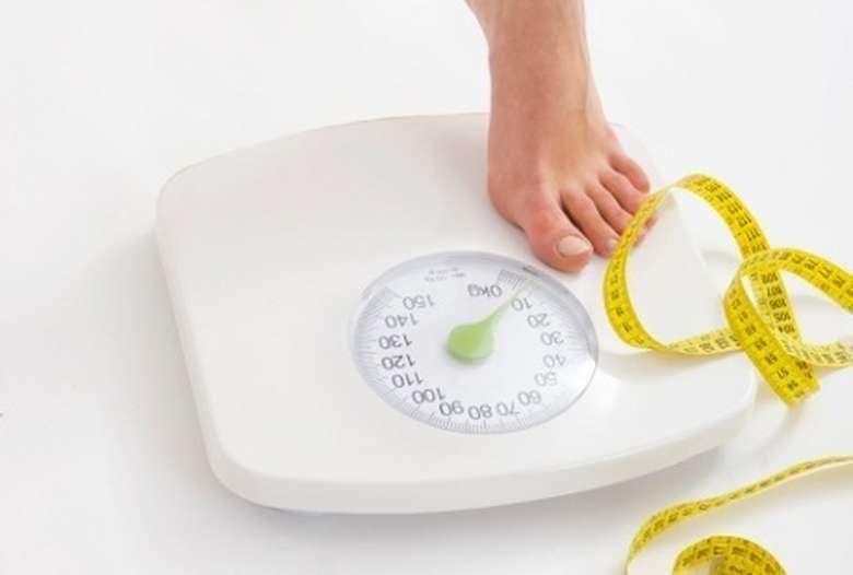Jika Anda memiliki berat badan berlebih, mengurangi berat badan 2 kg sampai 5 kg akan mencegah Anda dari penyakit tekanan darah tinggi. Studi lainnya yang dipublikasikan pada 2016 menunjukkan bahwa diet penurunan berat badan mampu menurunkan tekanan darah rata-rata 3,2 - 4,5 mmHg. Foto: Thinkstock