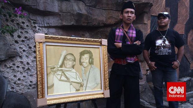 Foto Benyamin Sueb tengah rekaman ditunjukkan ketika perayaan mengenang Bang Ben oleh penggemarnya, 2015.