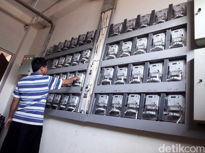 Warga mengisi token listrik di salah satu room kelistrikan di Rusun Cipinang Besar Selatan, Jakarta. Menteri Koordinator Bidang Kemaritiman Rizal Ramli meminta Perusahaan Listrik Negara (PLN) untuk mengkaji ulang pembayaran listrik dengan sistem token karena dinilai mengandung unsur monopoli bayaran. Rachman Haryanto/detikcom.