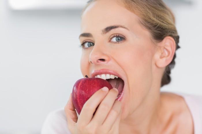 Ilustrasi seorang wanita tengah makan apel