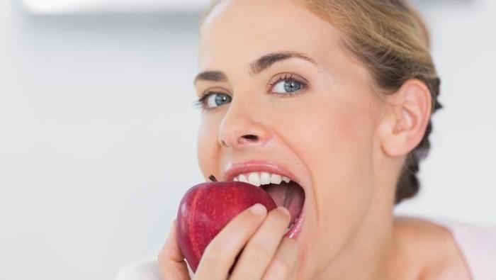 Sariawan bisa disebabkan oleh berbagai faktor, namun banyak yang beranggapan sariawan juga terjadi karena kurang mengonsumsi buah. Benarkah demikian? (Foto: Thinkstock)