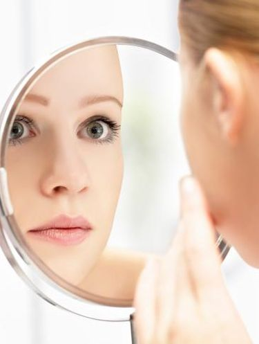 Mengecek wajah setelah cuci muka.