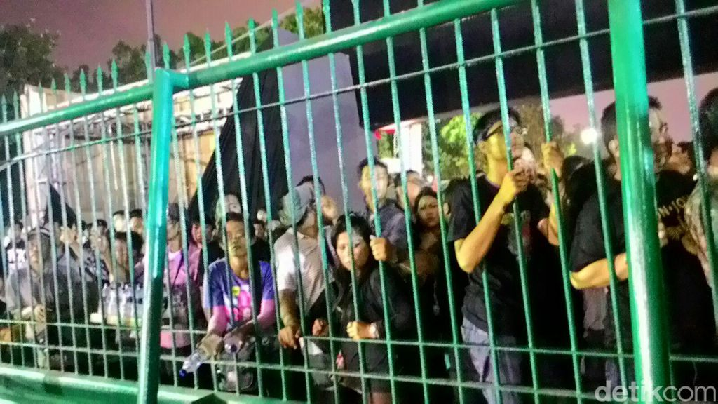 Penonton yang Tak Miliki Tiket Konser Bon Jovi Berusaha Jebol Pagar