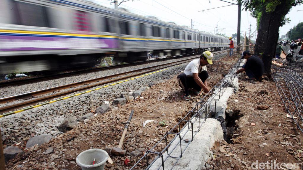 Dua Bocah SD Tewas Tersambar Kereta di Cirebon