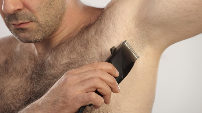 Mencukur bulu ketiak tidak membuat kejantananmu berkurang kok, malah lebih sehat! Foto: Thinkstock