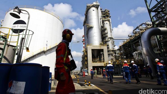 Pembangunan Residual Fluid Catalytic Cracker (RFCC) yang berada di area Kilang Cilacap sudah rampung. Kilang yang memproduksi gasoline RON 92 atau Pertamax itu akan diresmikan oleh Presiden Joko Widodo dalam waktu dekat. Rencananya akan diresmikan pada awal Oktober. RFCC Cilacap akan memproduksi gasoline RON 92 sehingga kurangi impor. Hasan Alhabshy/detikcom.