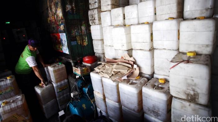 Pekerja menata minyak goreng curah di agen penjualan sembako di Jakarta. (Foto: Rachman Haryanto)