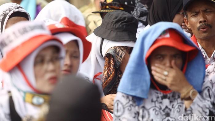 Puluhan ribu guru honorer menggelar demo dan aksi damai di Jl Asia Afrika Jakarta, Selasa (15/9/2015) usai menyampaikan aspirasinya di depan Gedung DPR RI. Beginilah wajah lelah perjuangan para pahlawan tanpa tanda jasa honorer ini dari berbagai daerah yang menagih janji Presiden Jokowi untuk mengangkatnya menjadi PNS. Rachman Haryanto/detikcom.