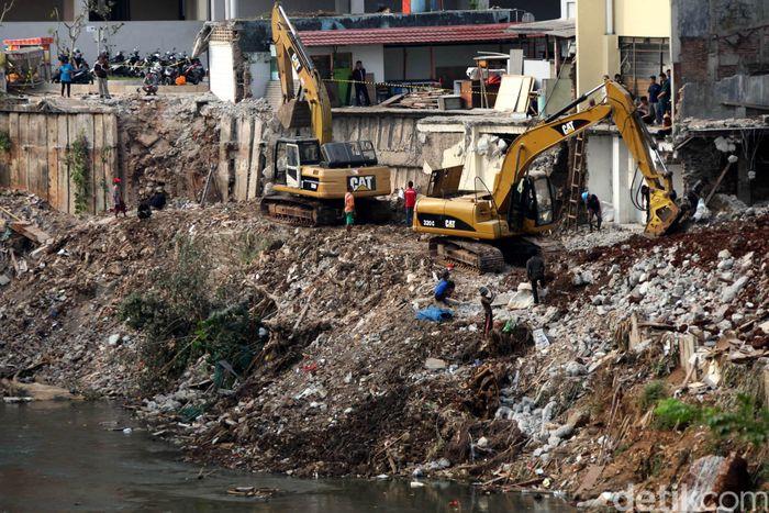 Normalisasi Sungai Ciliwung tengah menjadi sorotan masyarakat. Proyek normalisasi ini dikeluhkan oleh Menteri PUPR Basuki Hadimuljono karena mandek sejak tahun 2018 lalu. Agung Pambudhy/Dok. Detikcom.