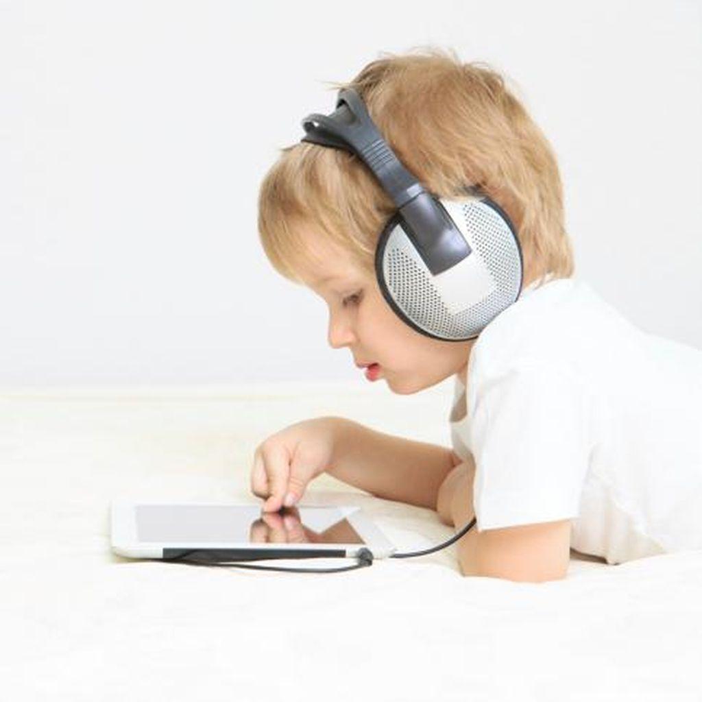 Anak Main Gadget Terlalu Lama, Efeknya ke Perkembangan Otak