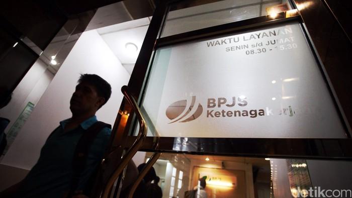 Pemerintah mengeluarkan aturan baru mengenai pencairan dana Jaminan Hari Tua (JHT) bagi pekerja yang berhenti bekerja atau terkena PHK. Aturan yang berlaku pada 1 September 2015 ini merupakan revisi dari aturan sebelumnya. Menteri Ketenagakerjaan M Hanif Dhakiri mengumumkan revisi aturan tersebut yang telah menjadi Peraturan Pemerintah (PP) Nomor 46 Tahun 2015 tentang Penyelenggaraan Jaminan Hari Tua yang merupakan revisi dari Peraturan Pemerintah Nomor 46 Tahun 2015 tentang Penyelenggaraan Program Jaminan Hari Tua. Rachman Haryanto/detikcom.