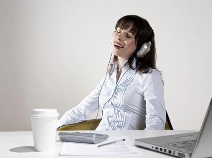 Mendengarkan musik saat bekerja bisa membuat performa otak meningkat. Dengan catatan, musik yang didengarkan harus berirama menyenangkan. Foto: Thinkstock