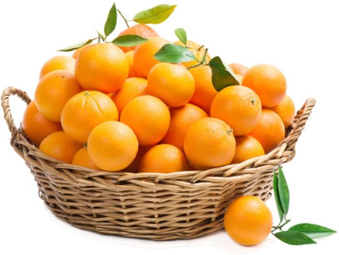 Keranjang buah yang penuh berisi jeruk.