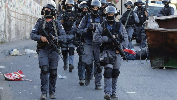 Israeli policemen patrol a street in the Arab east Jerusalem neighbourhood of Jabel Mukaber following clashes in Jerusalem  September 18, 2015. Israel deployed hundreds of extra police around the Old City of Jerusalem on Friday after Palestinian leaders called for a day of rage to protest at new Israeli security measures. In an effort to limit the threat of violence, Israel also banned access to al-Aqsa for all men under 40 on Friday, the Muslim holy day. REUTERS/Ammar Awad