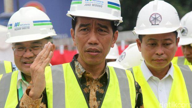 Proyek pembangunan Mass Rapid Transit (MRT) di Jakarta masih terus berlangsung. Hari ini, Presiden Joko Widodo (Jokowi) meresmikan pengeboran perut bumi untuk MRT di Senayan, Jakarta. Jokowi tiba di lokasi, tepatnya di Bundaran Patung Pemuda Senayan, Jakarta, sekitar pukul 10.20 WIB. Jokowi didampingi Menteri Perhubungan, Ignasius Jonan. Agung Pambudhy/detikcom.