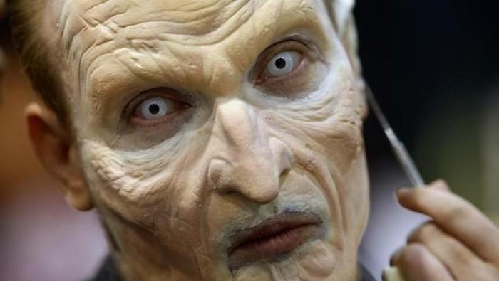 Salah satu atribut kostum yang sering digunakan pada perayaan halloween adalah lensa kontak. dokter menyarankan agar masyarakat hati-hati menggunakannya. Foto: Reuters