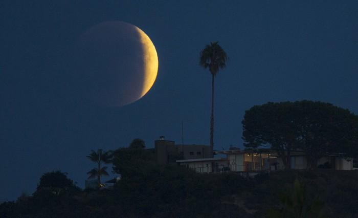Ilustrasi gerhana bulan. Foto: reuters