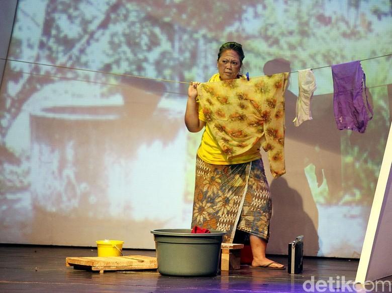 Kembali Main Teater, Putri Bungsu GusDur Pukau Penonton di Monolog #3Perempuanku