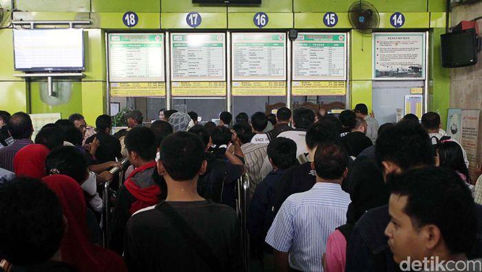 Calon penumpang antre tiket kereta.Foto: agung pambudhy