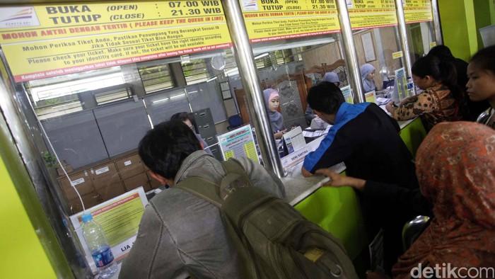 Warga mengantre untuk membeli tiket Lebaran H-3 di Loket Stasiun Gambir, Jakarta, Rabu (8/5). PT KAI DAOP I telah membuka loket penjualan tiket khusus Lebaran, sehingga calon penumpang dapat memesan tiket keberangkatan dari H-90, melalui loket maupun pemesanan on-line internet. Untuk tiket kereta eksekutif dan bisnis pada tanggal-tanggal favorit menjelang lebaran habis terjual. Agung Pambudhy/detikfoto/file