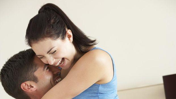 Gaya bercinta 'pangkuan liar' dilakukan dengan suami di posisi duduk lalu sang istri dipangku. (Foto: Ilustrasi/Thinkstock)