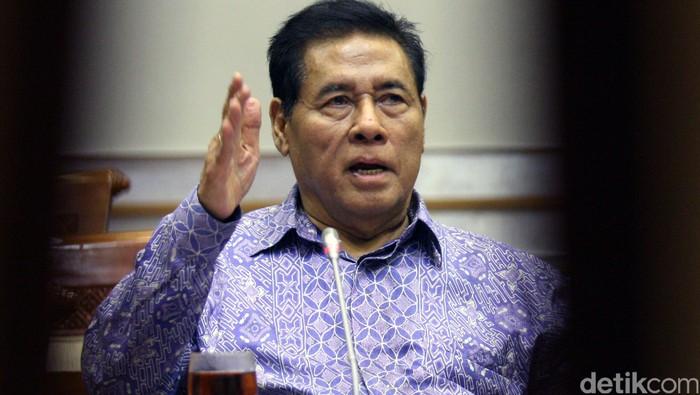 Komisi III DPR meminta masukan mengenai Draf rancangan RUU KUHP dengan para pakar penegak hukum saat rapat dengar pendapat di Kompleks Parlemen, Senayan, Jakarta, Selasa (29/9/2015).  Salah satunya  adalah Prof Muladi. Lamhot Aritonang/detikfoto