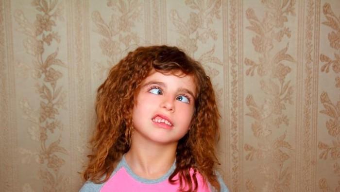 Seorang anak mengalami kerusakan mata karena berjam-jam main gadget (Foto: Thinkstock)