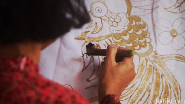 Warga berbondong-bondong belajar membatik di Rumah Batik Palbatu, Jakarta, Jumat (2/10/2015). UNESCO telah menetapkan tgl 2 Oktober sebagai hari batik, dimana batik diakui sebagai warisan budaya dunia bukan benda yang berasal dari Indonesia. Para peserta belajar membatik dari mulai mendesain, mencanting, mewarnai hingga proses penjemuran yang terus dilakukan berulang kali agar menjadi kain yang memiliki ciri khas luar biasa. Rachman Haryanto/detikcom