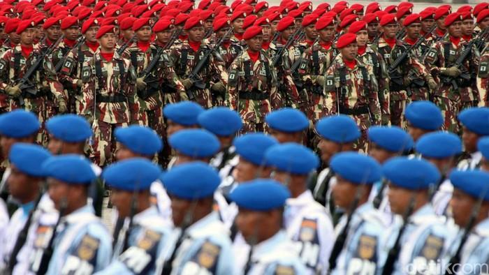 Presiden Joko Widodo (Jokowi) menjadi inspektur upacara di peringatan HUT ke-70 TNI. Dalam amanatnya, dia berjanji akan meningkatkan alutsista TNI, serta kesejahteraan prajurit.